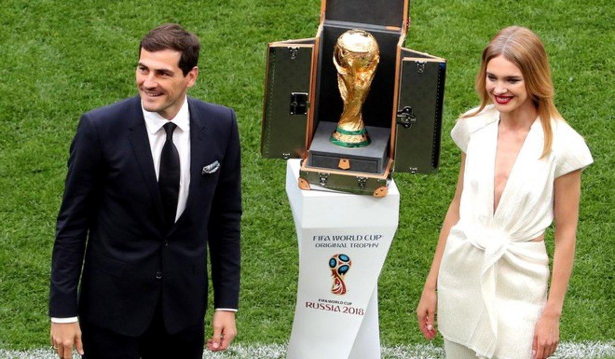 Vodianova acompañó a Casillas en el duelo inaugural del Mundial.
