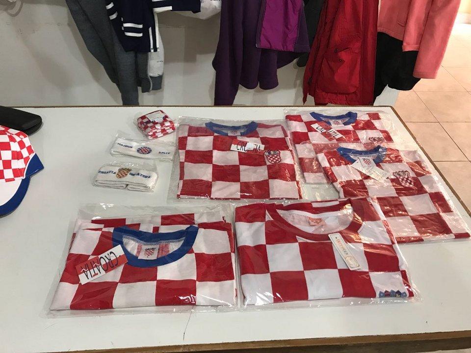 Las camisetas croatas se podían conseguir en el lugar, así como gorros y galeras.