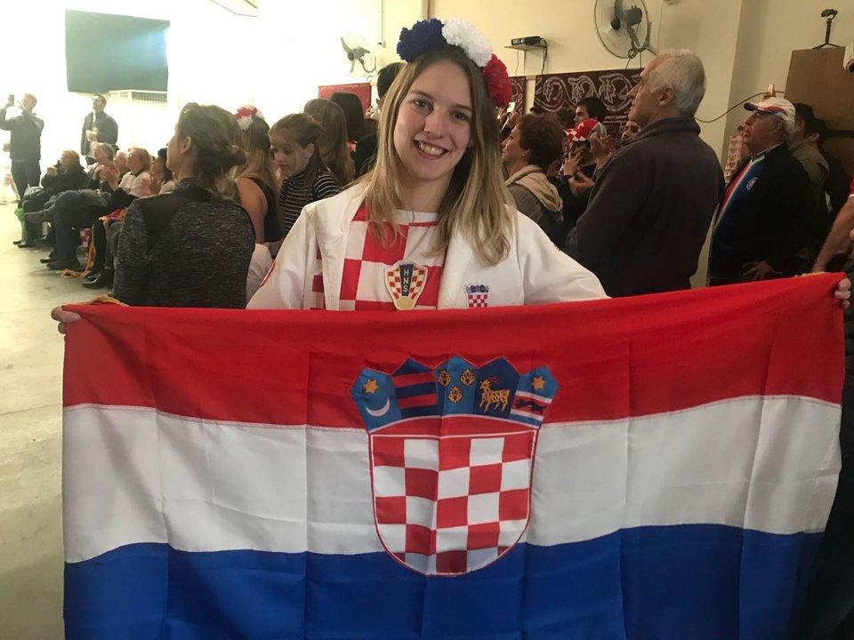 Valeria Bianchini-Adrinek posa con la bandera croata y una sonrisa.
