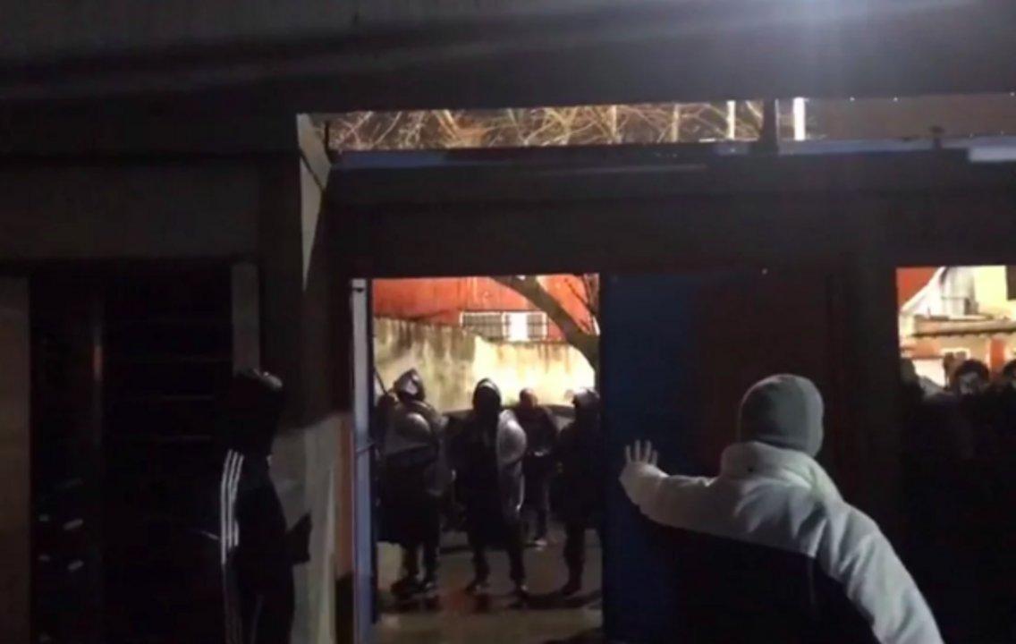 Momentos antes de la salida. Al término del partido, hubo nuevos golpes de la policía, según relatan los directivos del club.