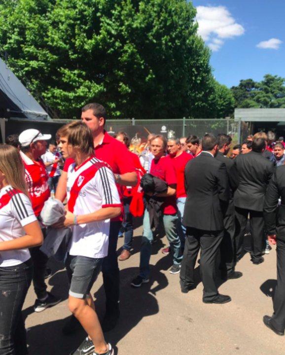 Así entraba Burzaco al estadio junto a su familia como un hincha más.