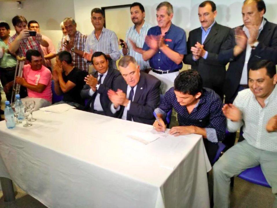 """El """"Pulga"""" Rodríguez junto al Vicegobernador de la Provincia, Osvaldo Jaldo, tras afiliarse al partido Justicialista."""