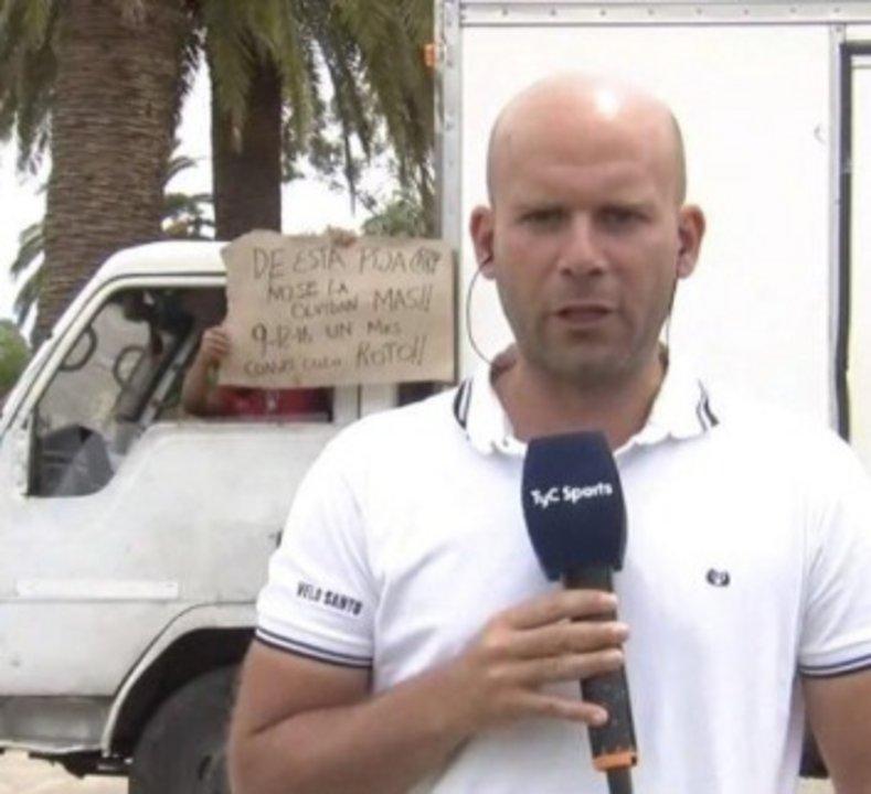 Escena de TyC Sports, donde detrás del cronista asomó un camionero con un mensaje subido de tono