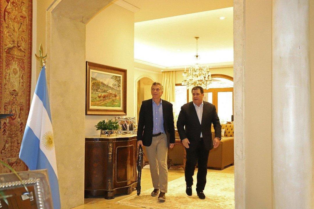 Mauricio Macri junto a Horacio Cartés en la casa del ex presidente paraguayo