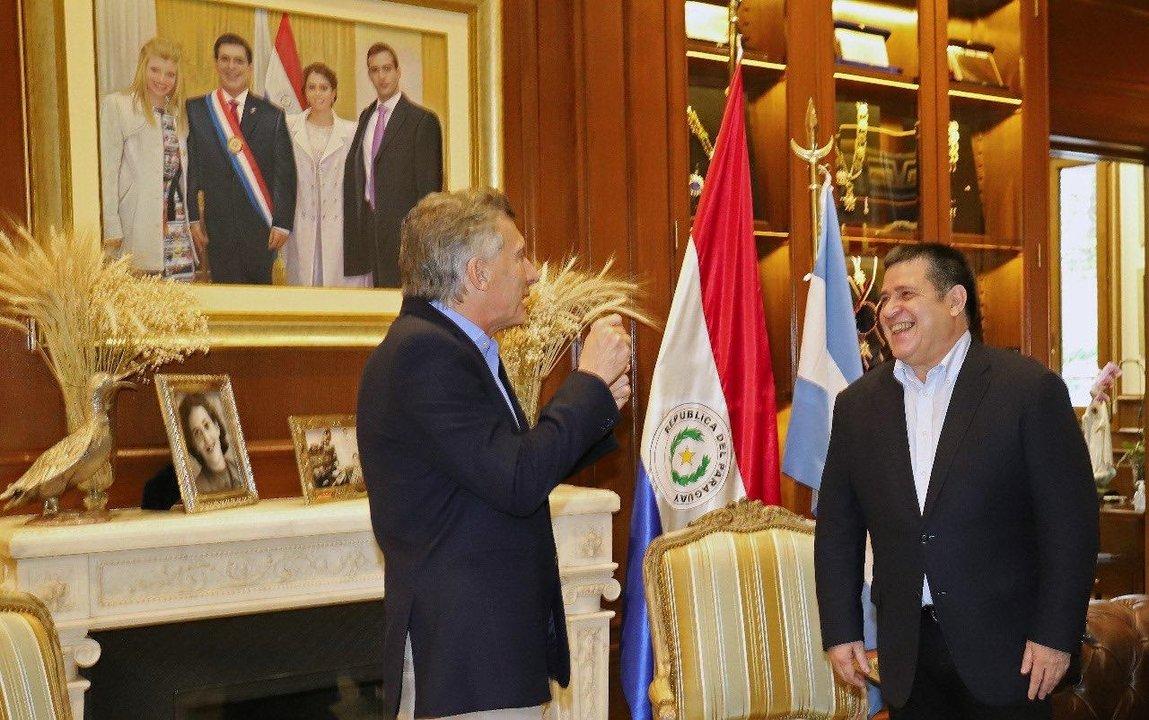 Otra escena del encuentro entre los ex presidentes de Argentina y Paraguay