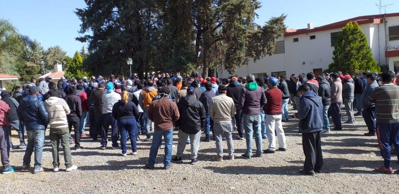 Asamblea de trabajadores de la curtiembre, paralizada desde el 1 de julio.