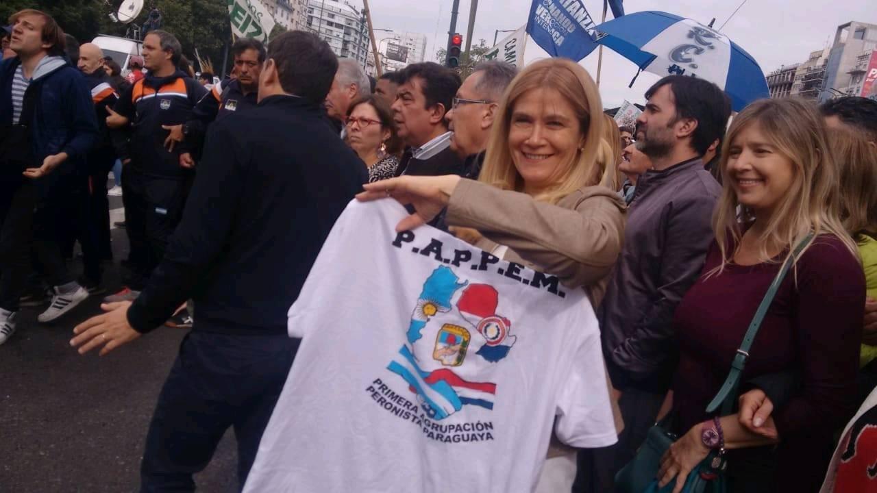 Verónica Magario mostrando una remera de la PAPPEM