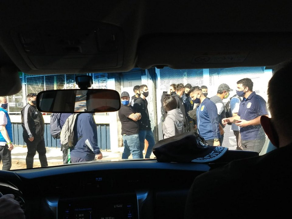 Aglomeración de gente en las inmediaciones del estadio de Rosario Central