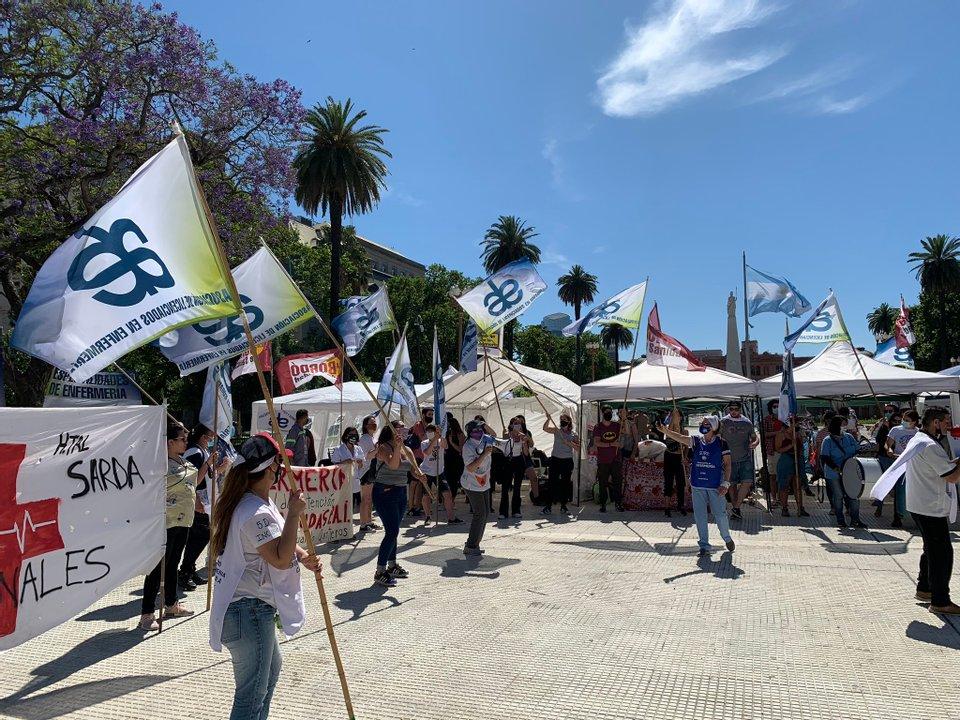 Foto del acampe que se hizo en Plaza de Mayo por los reclamos en el Día Nacional de la Enfermería. Crédito: @Cele_Fierro