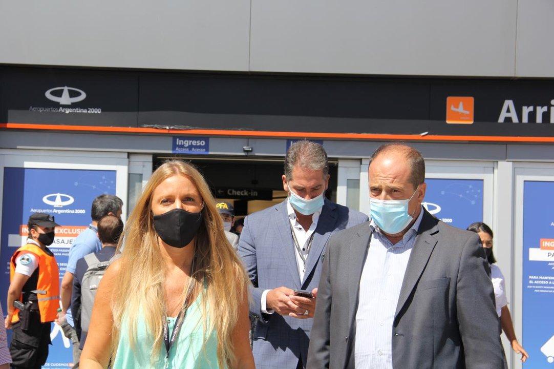 La titular de Migraciones, Florencia Carignano, junto al secretario de Seguridad, Eduardo Villalba